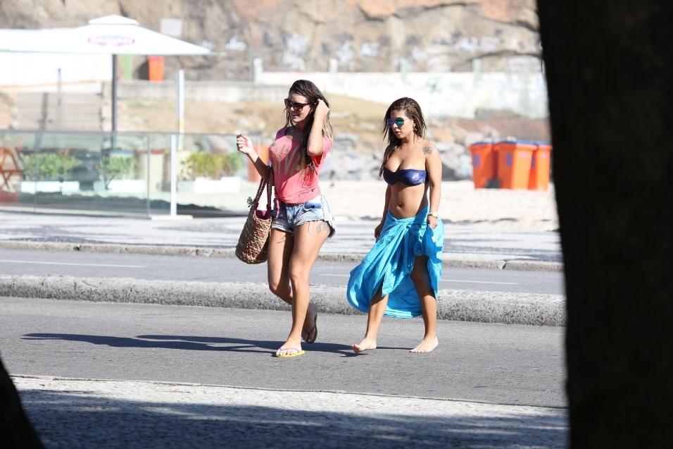 """19.fev.2014 - A transexual Thalita Zampirolli (esq), que diz ter namorado o craque Romário, trocou beijos e abraços com a Miss Bumbum RJ Paloma Gomes, na praia do Leme (RJ). Em entrevista ao Ego, Thalita afirmou que Paloma não é sua namorada: """"É só uma amiga minha. Nos conhecemos há pouco tempo. Esse beijo foi só um beijo de carinho""""."""