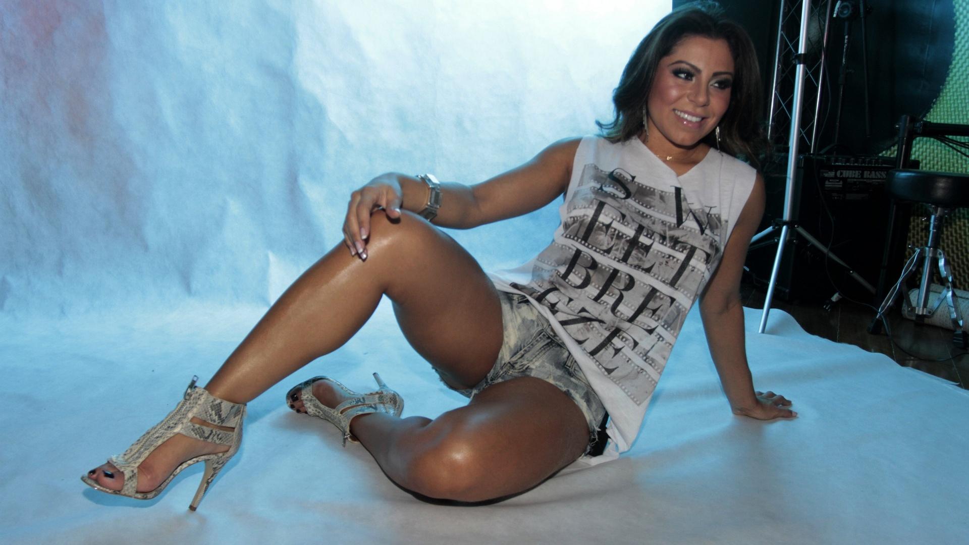 22.fev.2014 - A modelo Andressa Ferreira exibiu suas curvas em um ensaio sensual especial para presentear a namorada, a atriz Thammy Miranda. Atualmente, a morena é assistente de palco do programa