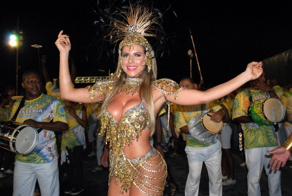 22.fev.2014 - A panicat Ana Paula Minerato mostrou que está pronta para representar a Unidos do Peruche no Carnaval 2014 do Rio de Janeiro. A gata apareceu no último ensaio técnico com uma fantasia e um decote caprichados.