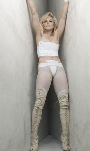 25.fev.2014 - Madonna aparece sem imagens sem aquela ajudinha do Photoshop. As fotos foram feitas pelo fotógrafo Steven Klein, há cerca de quatro anos, e, de acordo com a revista Quem, foi o próprio Klein quem liberou as fotos sem retoques. Os registros são originais, feitos em 2010, quando a cantora estava com 51 anos. As imagens foram usadas em uma campanha da marca Dolce & Gabanna. Antes, algumas fotos sem Photoshop da cantora para promover sua turnê Hardy Candy já haviam caído na web