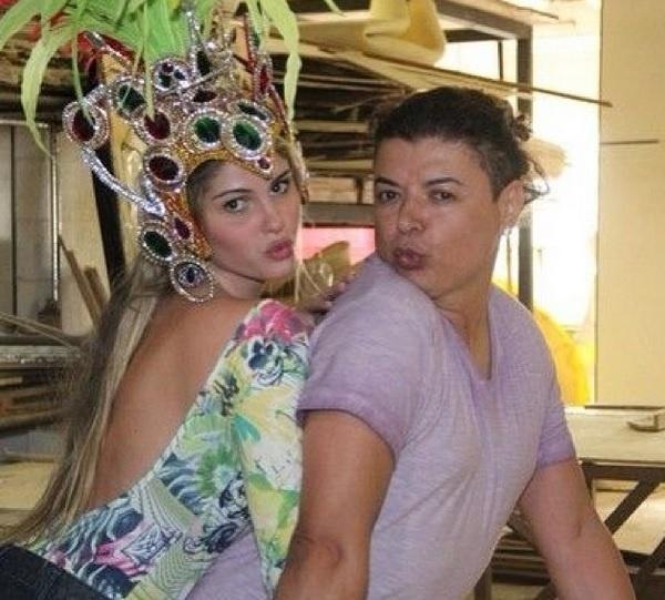 """01.fev.2014 - Campeã do reality """"A Fazenda 7"""", da Record, Bárbara Evans, ao lado de David Brazil, também imitou Valesca Popozuda com o """"beijinho no ombro"""""""