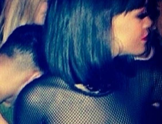 """3.mar.2014 - Rihanna ousou ao curtir a noite em uma balada em Paris. A cantora optou por um look transparente sem sutiã e atraiu olhares de todos os lados, tanto que vários usuários do Instagram que estavam no local aproveitaram para registrar o visual """"matador"""" da morena"""