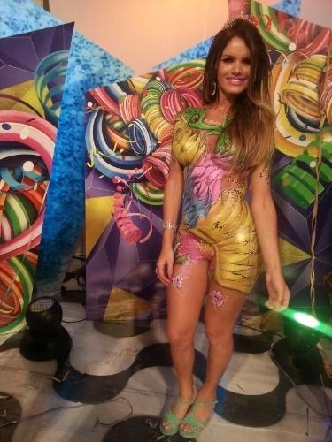 5.mar.2014 - Thalita Zampirolli, que afirma ter namorado por um ano o jogador Romário, esteve no Baile Gay do Scala, que aconteceu na noite desta terça-feira (4), no Rio de Janeiro. A modelo transexual, no entanto, resolveu ousar e, em vez de usar fantasia, foi ao evento apenas com uma pintura corporal