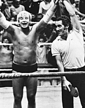 """1968 - Renato contracena com o lutador Ted Boy Marino (à esq.) no filme """"Dois na Lona"""". Na época, os dois formavam parte do elenco de """"Adoráveis Trapalhões"""", na TV Excelsior"""