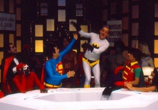 """1980 - """"Os Trapalhões"""" parodiam a liga de super-heróis, com Dedé fantasiado de Super-Homem, Didi de Batman e Zacarias como Robin, nos anos"""