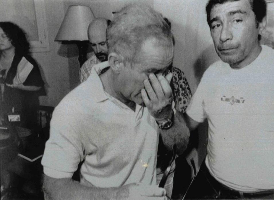 1990: O ator e humorista Renato Aragão, mais conhecido como Didi, encerra em lágrimas a entrevista coletiva na Clínica São Vicente, no Rio de Janeiro, logo após da morte de seu amigo Zacarias