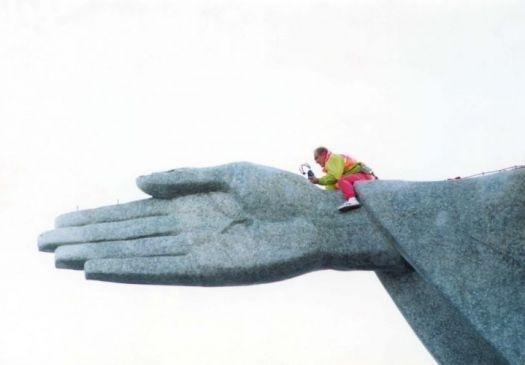 """1991 - O comediante Renato Aragão escala o Cristo Redentor, no Rio de Janeiro, para beijar a mão da estátua de 38 m de altura e 'agradecer' pelos 25 anos de seu grupo, """"Os Trapalhões"""""""