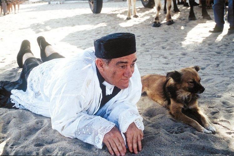"""1997 - Renato Aragão ao lado de um cachorro em cena do filme """"O Noviço Rebelde"""""""