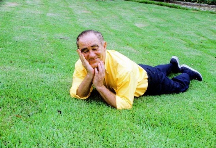 1999 - Renato Aragão posa no gramado de sua casa em Vargem Grande, no Rio de Janeiro