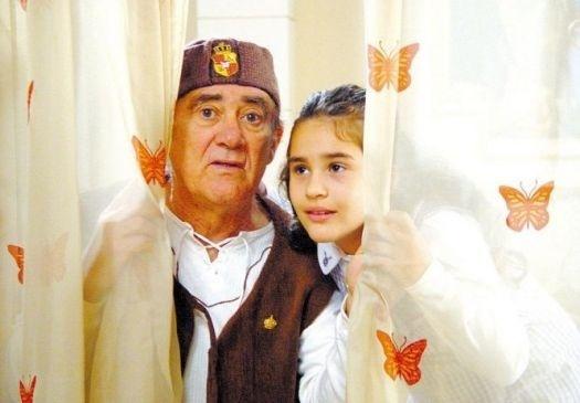 """2006 - Renato Aragão e Lívian, filha do ator durante cena do filme """"Cavaleiro Didi e a princesa Lili"""", de 2006"""