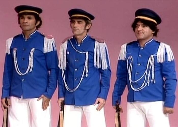 """1977 - """"Os Trapalhões"""" assinam contrato com a Rede Globo. Na foto, Dedé (esq.), Didi (centro) e Zacarias (dir.) interpretam o quadro do programa """"Legionários"""""""