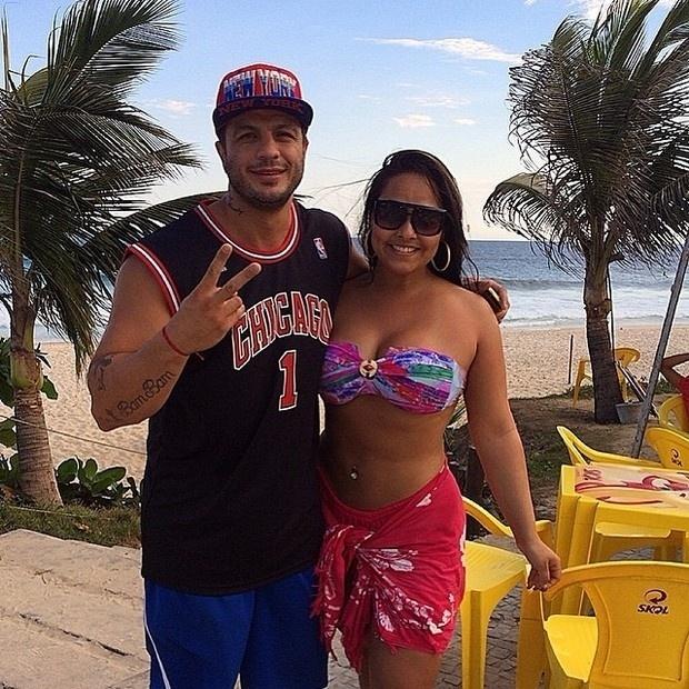21.mar.2013 - Andressa Soares, a Mulher Melancia, curtiu um dia de praia usando um biquíni rosa de babado com um tomara-que-caia estampado. Na ida para casa, a funkeira encontrou o ex-BBB Kléber Bambam, que registrou o encontro  no Instagram.