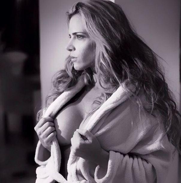 """21.mar.2014 - Furacão da CPI, Denise Rocha divulgou uma imagem pra lá de sexy em seu Instagram. Vestindo um roupão, a musa aparece com um decote bastante generoso. A foto faz parte de um ensaio sensual que ela fez para a revista """"Narciso"""""""
