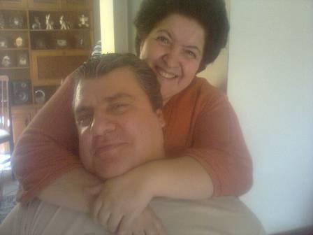 26.mar.2014 - O ator Gerson Brenner, de 54 anos, estava no auge da carreira quando foi baleado na cabeça durante um assalto em 1998. Na época, ele era casado com a bailarina e hoje apresentadora Denize Taccto, mãe de sua filha, Vitoria, de 15 anos.  Hoje, no entanto, ele é casado com Marta Mendonça, a psicóloga que conheceu durante o tratamento em São Paulo. É a atual esposa juntamente com o pai de Gerson que cuidam dele. Até então, Marta não aparecia em imagens ao lado do marido, mas recentemente foram publicadas no perfil de Gerson no Facebook algumas fotos de um almoço de domingo em que o casal aparece junto. Gerson, que se comunica apenas por gestos, aparece sorridente nas imagens ao lado da família