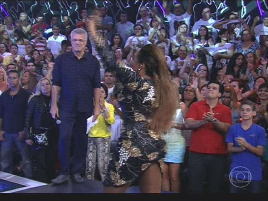 1º.abr.2014 - Pedro Bial acompanha show de Gaby Amarantos