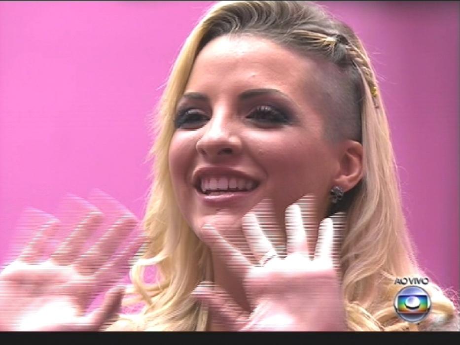 """1º.abr.2014 - Com apenas 19% da preferência do público, Clara fica em 3º lugar no """"BBB14"""". Na imagem, a sister ouve o discurso de Pedro Bial"""