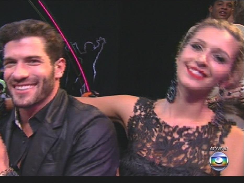 """1º.abr.2014 - Roni e Tatiele curtem show da Gaby Amarantos na final do """"BBB14"""""""
