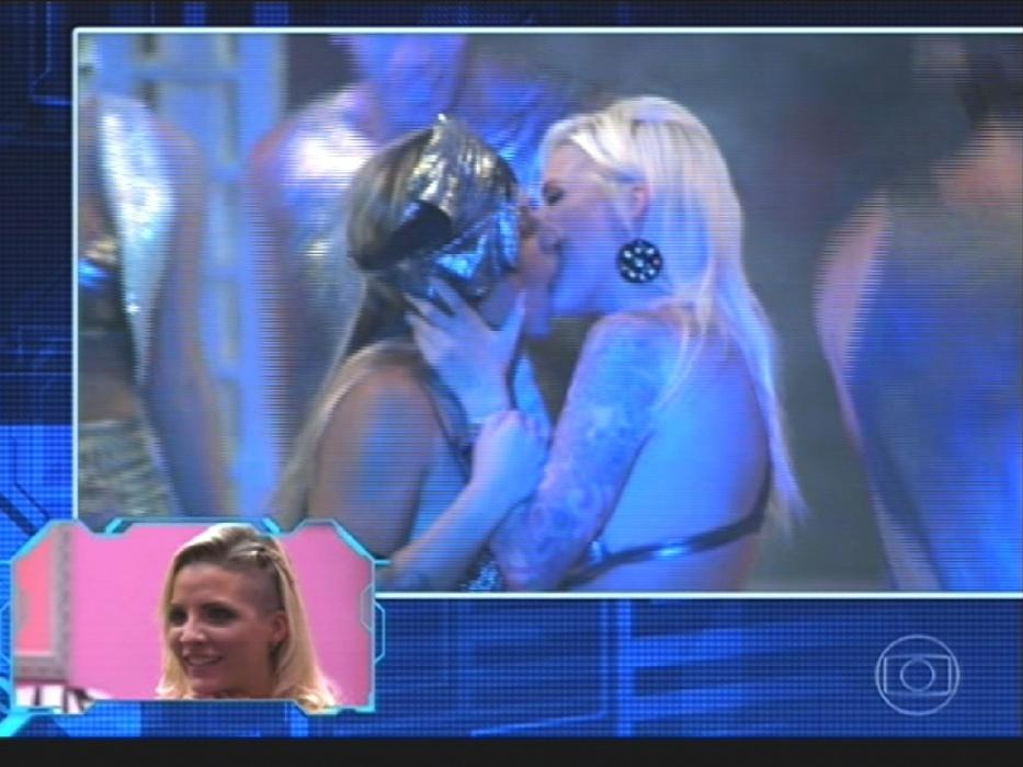 """1º.abr.2014 - Sisters finalistas acompanham momentos marcantes enquanto estavam confinadas na """"casa mais vigiada do Brasil"""""""