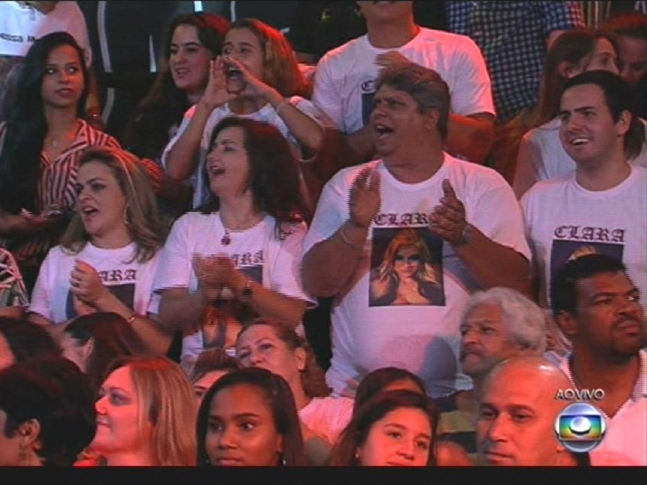 """1º.abr.2014 - Torcida de Clara canta com Gaby Amarantos na final do """"BBB14"""""""