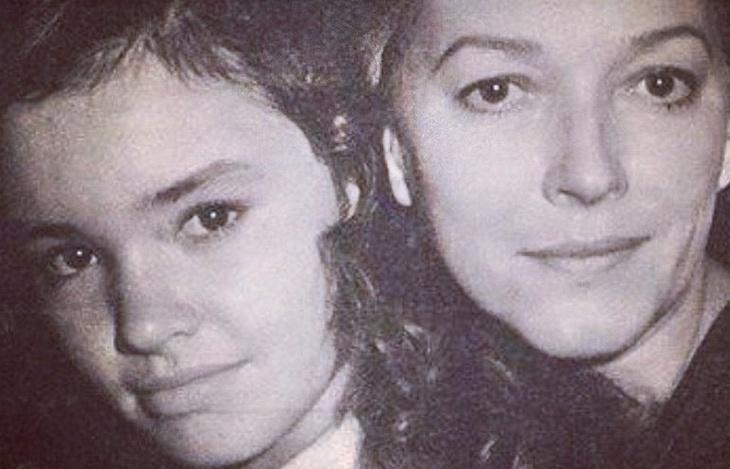 """2.abr.2014 - No ar como Helena de """"Em Família"""", Julia Lemmertz (esq.) divulgou no Instagram foto em que aparece ao lado da mãe, a atriz Lílian Lemmertz (1937-1986). """"Minha mãe quando fazia a Helena do Maneco, eu guria..."""", escreveu na legenda da imagem. Alguns seguidores de Julia chegaram a compará-la com Bruna Marquezine. """"Lindas!!! Parece demais com a @brumarquezine ...como pode!?"""". A mãe da atriz viveu a primeira Helena de Manoel Carlos, na novela """"Baila Comigo"""" (1981)"""