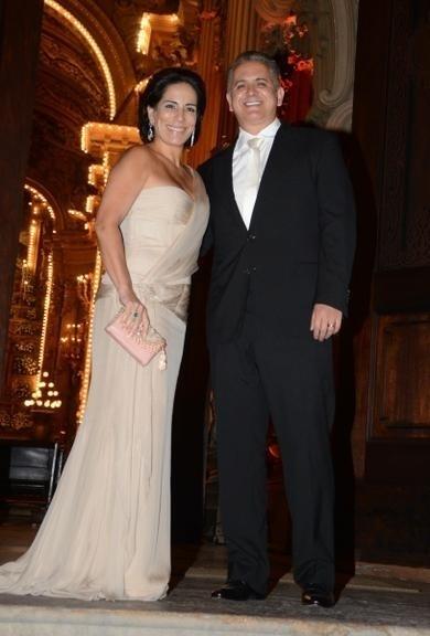 4.abr.2014 - Glória Pires posa com o marido Orlando Moraes antes da cerimônia