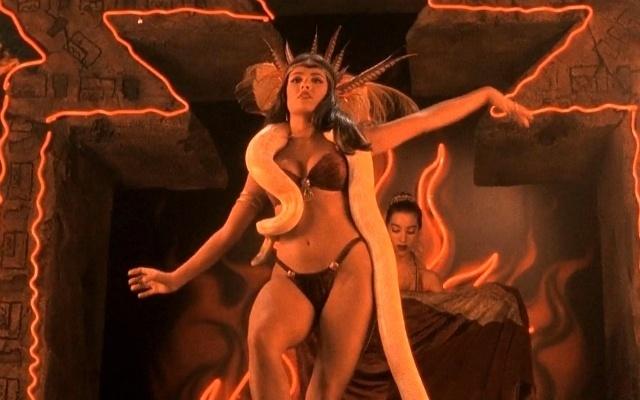 http://imguol.com/c/bol/fotos/2014/04/10/a-bela-salma-hayek-exibiu-curvas-perfeitas-em-cena-de-striptease-no-filme-um-drink-no-inferno-1996-no-filme-de-robert-rodriguez-a-atriz-dancou-com-uma-serpente-deslizando-pelo-corpo-1397151841749_640x400.jpg