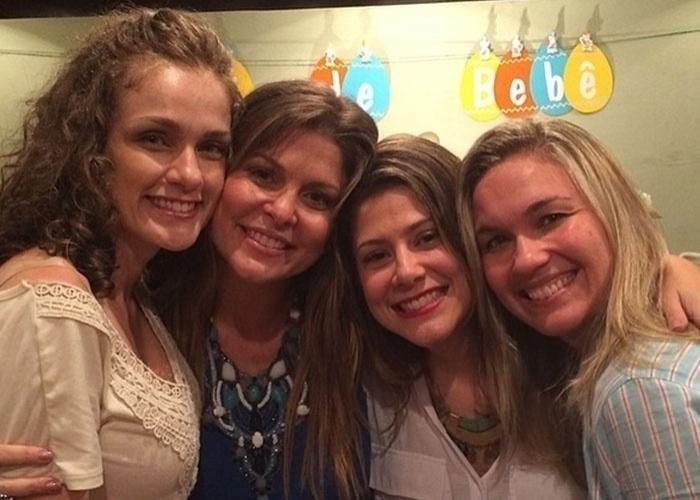 """14.abr.2014 - Aguardando a chegada de seu primeiro filho com o jornalista e empresário Pedro Delfino, a atriz Bárbara Borges (de azul na imagem acima) reuniu várias amigas no chá de bebê de Martin, que está programado para nascer no mês que vem. Entre as convidadas estavam colegas da época em que Bárbara era uma Paquita da Xuxa. O encontro contou com a presença de Andrezza Cruz (a última à dir.), Giselle Delaia (a primeira à esq.) e Van Mello. Andrezza registrou o reencontro das ex-paquitas e dividiu com seus seguidores nas redes sociais. """"Delícia de encontro! A espera de Martin Bem!"""", escreveu Andrezza na legenda da imagem"""