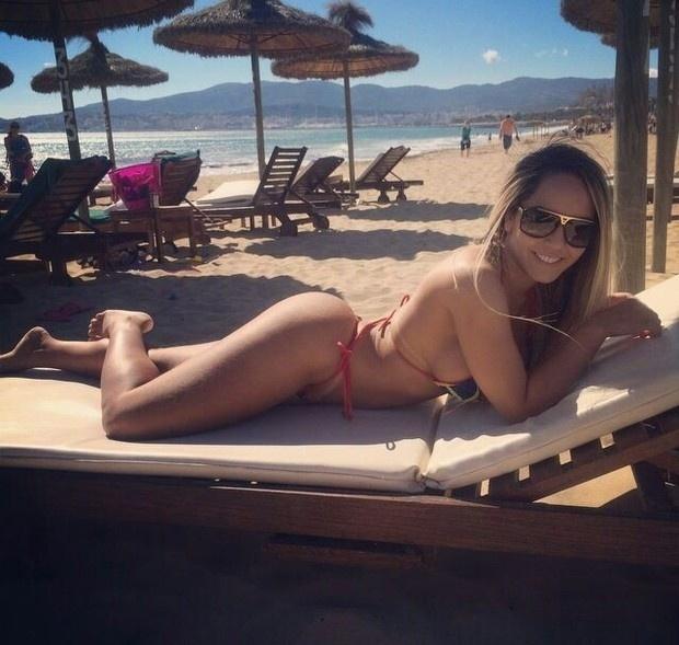 22.abr.2014 - Renata Frisson, mais conhecida como Mulher Melão, está curtindo uma temporada de férias na Espanha. Na praia de Maiorca, a funkeira exibiu as famosas curvas que fazem sucesso dentro e fora do Brasil