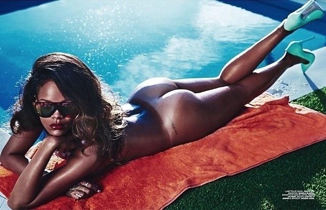 29.abr.2014 - Em uma das fotos, a cantora Rihanna aparece completamente nua à beira da piscina de um hotel em Los Angeles, nos EUA, onde posou para um ensaio sensual para a revista francesa Lui de maio. A foto foi divulgada pela própria cantora em sua conta no Instagram