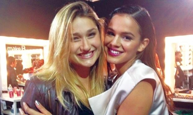 Sasha Meneghel, de 15 anos, é amiga de infância de Bruna Marquezine, 18. Como são duas jovens estrelas, a agenda das duas é sempre bastante corrida, mas elas se esforçam para encontrar-se, mesmo que no ambiente de trabalho da outra, como ocorreu na edição deste ano do Fashion Rio (foto).
