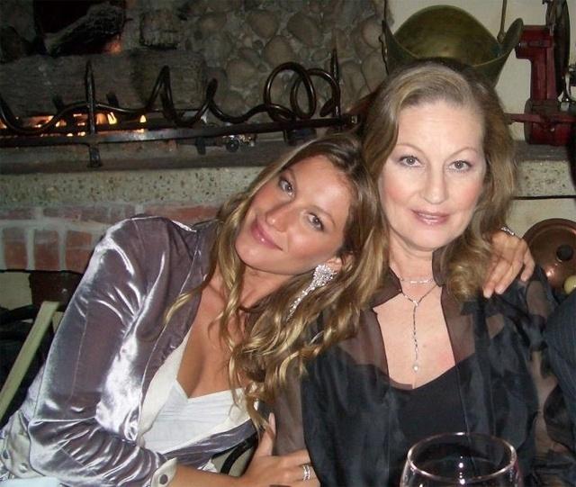 """Gisele Bündchen posa com a mãe, Vânia. A imagem foi divulgada pela modelo em maio de 2012. """"Mãe, obrigada por ser a melhor mãe do mundo. Eu te amo muito! Feliz dia das mães!"""", escreveu a top"""