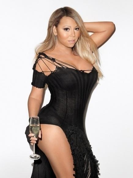 13.mai.2014 - Com ótima forma aos 44 anos, a cantora Mariah Carey posa para o polêmico fotógrafo Terry Richardson. Nas imagens, a beldade sensualiza exibindo os seios fartos