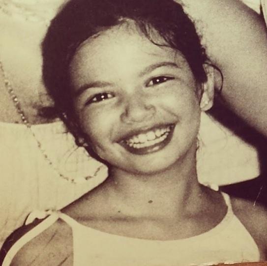 19.mai.2014 - Luciana Gimenez resolveu compartilhar momentos de sua infância com os fãs. Em seu perfil no Instagram, a apresentadora postou duas fotos. Na primeira imagem, Luciana, que aparece bastante sorridente, escreveu na legenda: ?sempre sorrindo?
