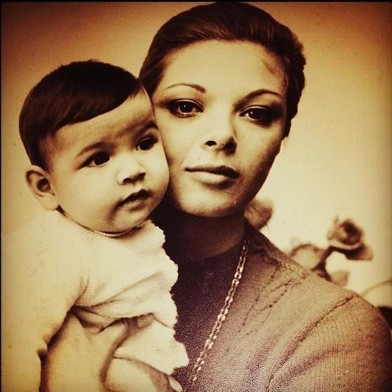 19.mai.2014 - Luciana Gimenez resolveu compartilhar momentos de sua infância com os fãs. Na foto, postada no Instagram, a apresentadora aparece ainda bebê no colo da mãe, Vera Gimenez