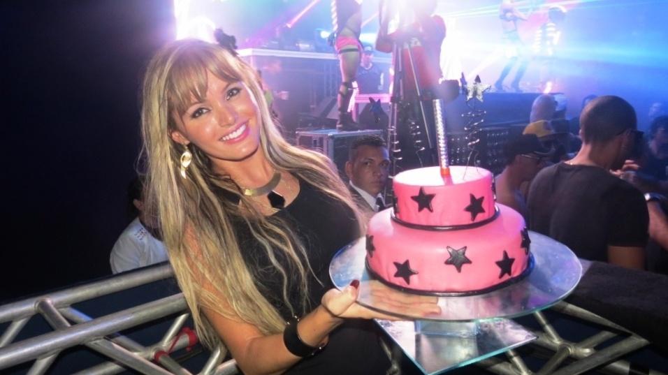 20.mai.2014 - A modelo Thalita Zampirolli, conhecida após revelar seu suposto romance com o ex-jogador Romário, fez 25 anos e comemorou com glamour na noite do último sábado (17) em uma casa noturna de Belo Horizonte. Cheia de estilo, Thalita chegou de limousine ao local, passou por um tapete vermelho e foi recepcionada por amigos e fãs. Ela ainda ganhou uma surpresa fofa: um bolo de aniversário rosa com estrelinhas pretas