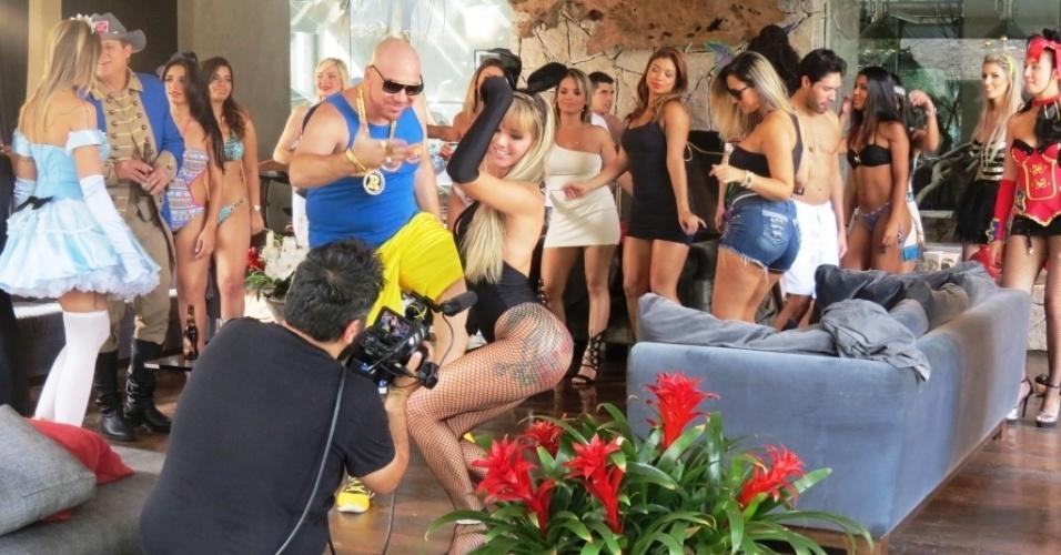 """21.mai.2014 - A modelo Thalita Zampirolli e o cantor Latino foram até uma luxuosa mansão, localizada em área nobre da cidade de São Paulo, para gravar uma participação especial no videoclipe de """"Aquecimento na Mansão"""", canção composta por Latino e gravada pela Banda Forró dos Plays. No vídeo, Thalita aparece como coelhinha da Playboy, em uma balada feita no subsolo da mansão. A modelo foi muito elogiada por sua atuação e beleza"""