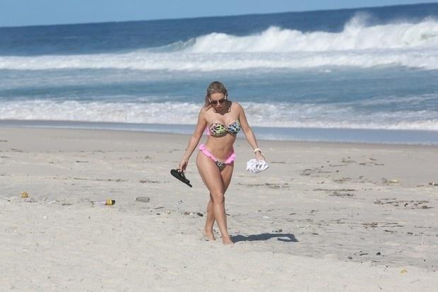 3.jun.2014 - A modelo Jéssica Lopes, mais conhecida como a Peladona de Congonhas, mostrou que continua em ótima forma ao curtir o dia de sol na praia da Barra da Tijuca, no Rio de Janeiro