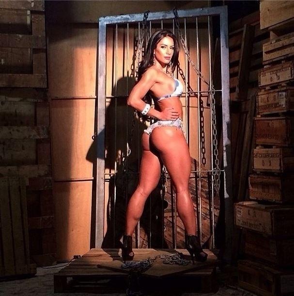 """4.jun.2014 - Graciella Carvalho dividiu com seus seguidores uma prévia de um ensaio fotográfico protagonizado por ela. Na imagem, postada no Instagram, ela aparece de biquíni em um cenário com caixas de madeira e correntes: """"Bom dia! Uma prévia do ensaio fotográfico de ontem para vocês. Em julho, mais uma capa de revista fitness vindo por aí"""", escreveu a gata"""