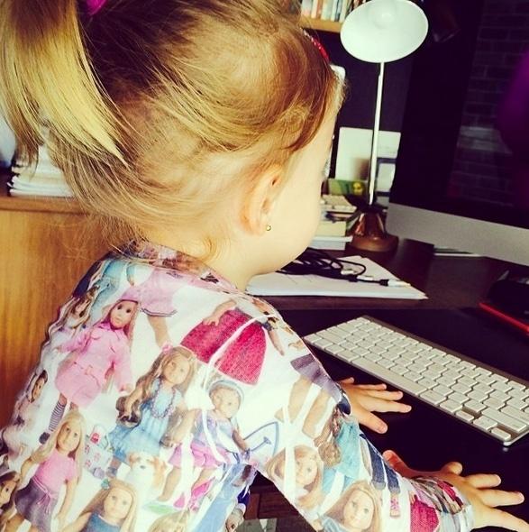"""5.jun.2014 - A apresentadora Angélica publicou uma foto da filha, Eva, em seu Instagram. Na imagem, a caçula da apresentadora aparece de costas, em frente ao computador. """"Minha boneca checando os e-mails.... Kkkkkkk #muitoamor #naoaguento"""", escreveu a mamãe orgulhosa"""