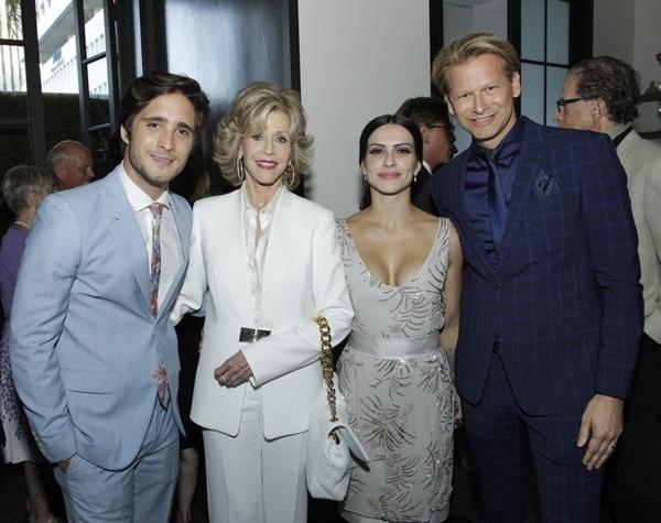 4.jun.2014 - O ator mexicano Diego Boneta, Jane Fonda, Cleo Pires e Marcello Coltro, do MGM, em Los Angeles durante coquetel em homenagem a Jane Fonda