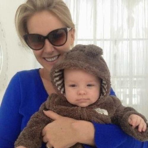 """27.jun.2014 - Ana Hickmann compartilhou um novo momento fofura com os fãs no Instagram, ao lado do filho, Alexandre. Na imagem, o menininho aparece vestido com um macacão de pelúcia no colo da apresentadora. """"Minha família, meu mundo"""", escreveu Ana na legenda da foto"""