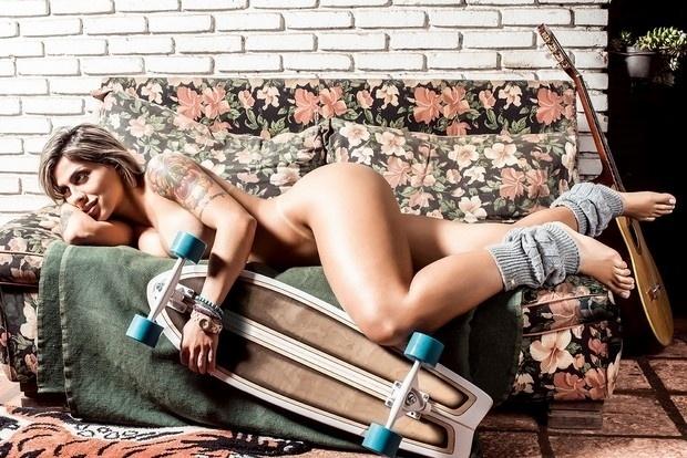 """7.jul.2014 - A revista Playboy divulgou uma foto do recheio da edição de julho, que traz a ex-BBB Vanessa Mesquita na capa. Em entrevista à publicação, a gata revelou que gosta de """"homem com pegada"""".  """"Gosto de um clima sadomasoquista, umas pegadas mais fortes, umas dores mais intensas. Não sempre, não pode virar rotina. Também tenho uma louca fantasia por palhaços. [Risos.] Palhaços do mal. Tudo que envolve máscara eu gosto. Adoro personagens de filme de terror. Tem que ser malvado, nunca gostei de príncipe encantado, adoro o vilão"""". Sobre o envolvimento com Clara Aguillar, amiga de confinamento, Vanessa respondeu:  """"Declaramos que somos amigas acima de tudo. O que nós duas tivemos foi realmente muito intenso"""""""