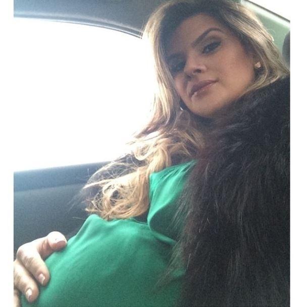 """11.jul.2014 - Com a gravidez chegando ao fim, a modelo Mirella Santos compartilhou em seu Instagram uma foto que mostra o barrigão. Ela aproveitou a situação para brincar com os internautas e perguntou: """"Será que ela está grande?"""". Mirella vai dar à luz Valentina, também filha do humorista Wellington Muniz, do programa """"Pânico na Band"""""""