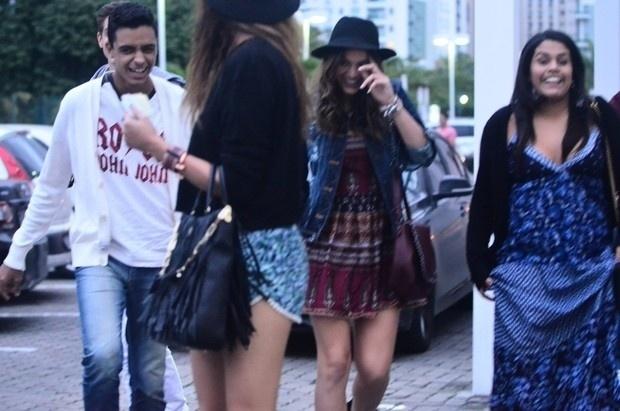 """19.jul.2014 - Com o fim da novela """"Em Família"""" e sem a companhia do namorado, Neymar, Bruna Marquezine se divertiu em passeio com grupo de amigos em um shopping no Rio de Janeiro"""