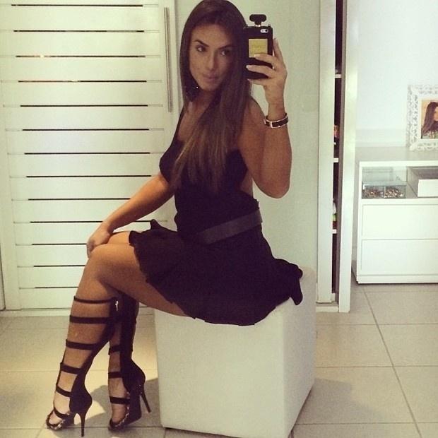 20.jul.2014 - A apresentadora Nicole Bahls mostrou suas belas pernas aos postar fotos usando um vestido bem curtinho na manhã de domingo, após curtir a noitada de sábado (19). Provocante, ela postou imagens de pernas cruzadas e quase mostrou mais do que devia. Na legenda da imagem, ela elogiou a beleza das sandálias, mas não foi este o ponto que mais atraiu os comentários dos fãs da morena