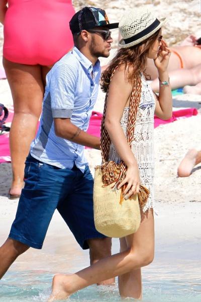 26.jul.2014 - De férias da TV, Bruna Marquezine aproveitou para viajar ao lado do namorado, o jogador de futebol Neymar. O casal, que está na Europa, foi flagrado na praia de Formentera, na Espanha