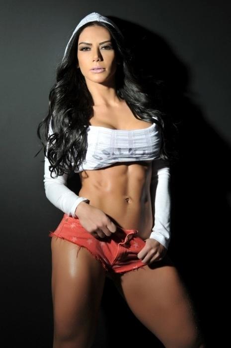"""28.jul.2014 - A bela Graciella Carvalho, que adora mostrar os resultados de seus treinos de musculação e ginástica em fotos na web, afirmou que o sucesso nas redes sociais lhe rendeu o título de """"Diva Fitness"""". Segundo ela, o próprio público a denominou desta forma e, para celebrar, ela fez um ensaio sensual com roupas curtas. E aí, você acha que a gata faz jus ao título?"""
