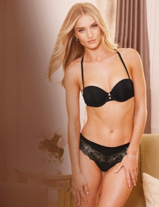 31.jul.2014 - A modelo Rosie Huntington, 27, exibiu toda sua sensualidade em um ensaio de divulgação de uma linha de lingerie assinada por ela, em parceria com a maior rede de departamento britânica, a Marks & Spencer.