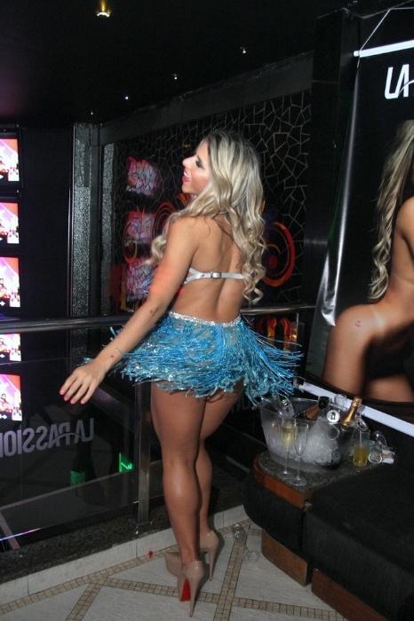 2.ago.2014 - Ana Paula Minerato dança com vestido ousado na boate La Passion, no Rio de Janeiro. A musa usou dois modelitos sensuais na festa, pagou peitinho, distribuiu autógrafos, tirou fotos e até beijou fã