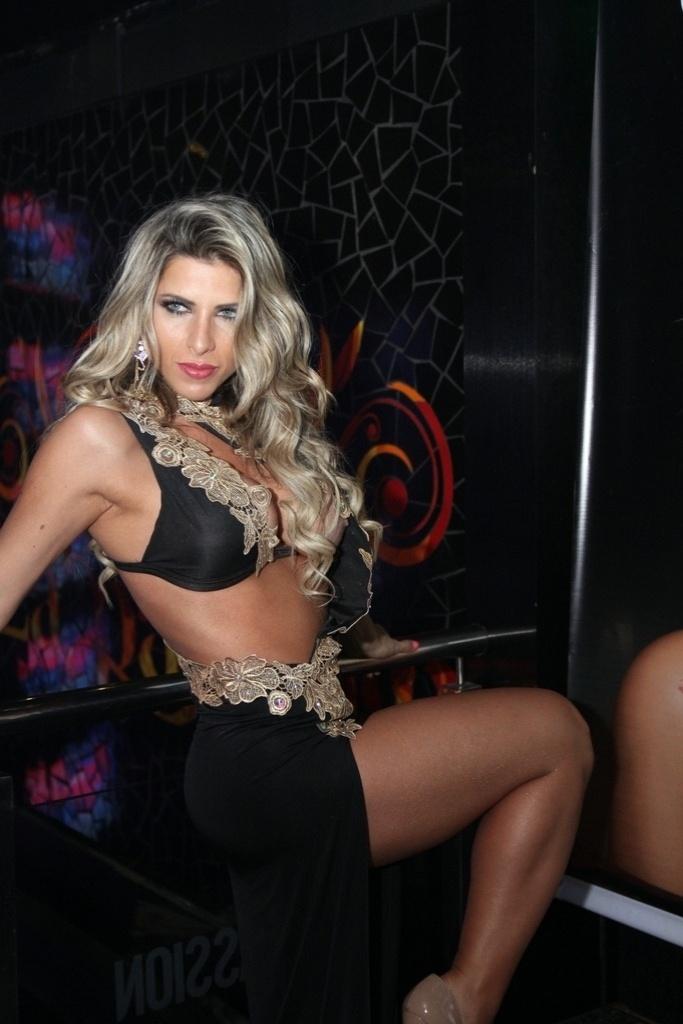 2.ago.2014 - Ana Paula Minerato exibe curvas em vestido ousado assinado pela estilista Sonia Izidoro durante festa da revista Sexy, na sessão de autógrafos da edição de agosto. O evento aconteceu na boate La Passion, no Rio de Janeiro